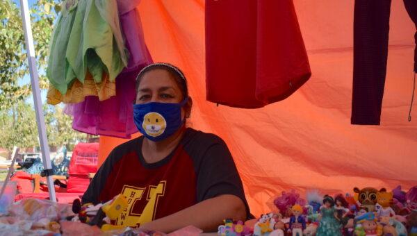 GUADALUPE INSTALA SU PUESTO DE VENTA EN EL MERCADO HIDALGO. FOTOGRAFÍA: VERÓNICA MARTÍNEZ